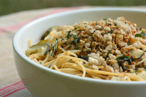 Vegan pasta with zucchini, chickpeas and bread crumbs | What Would ...