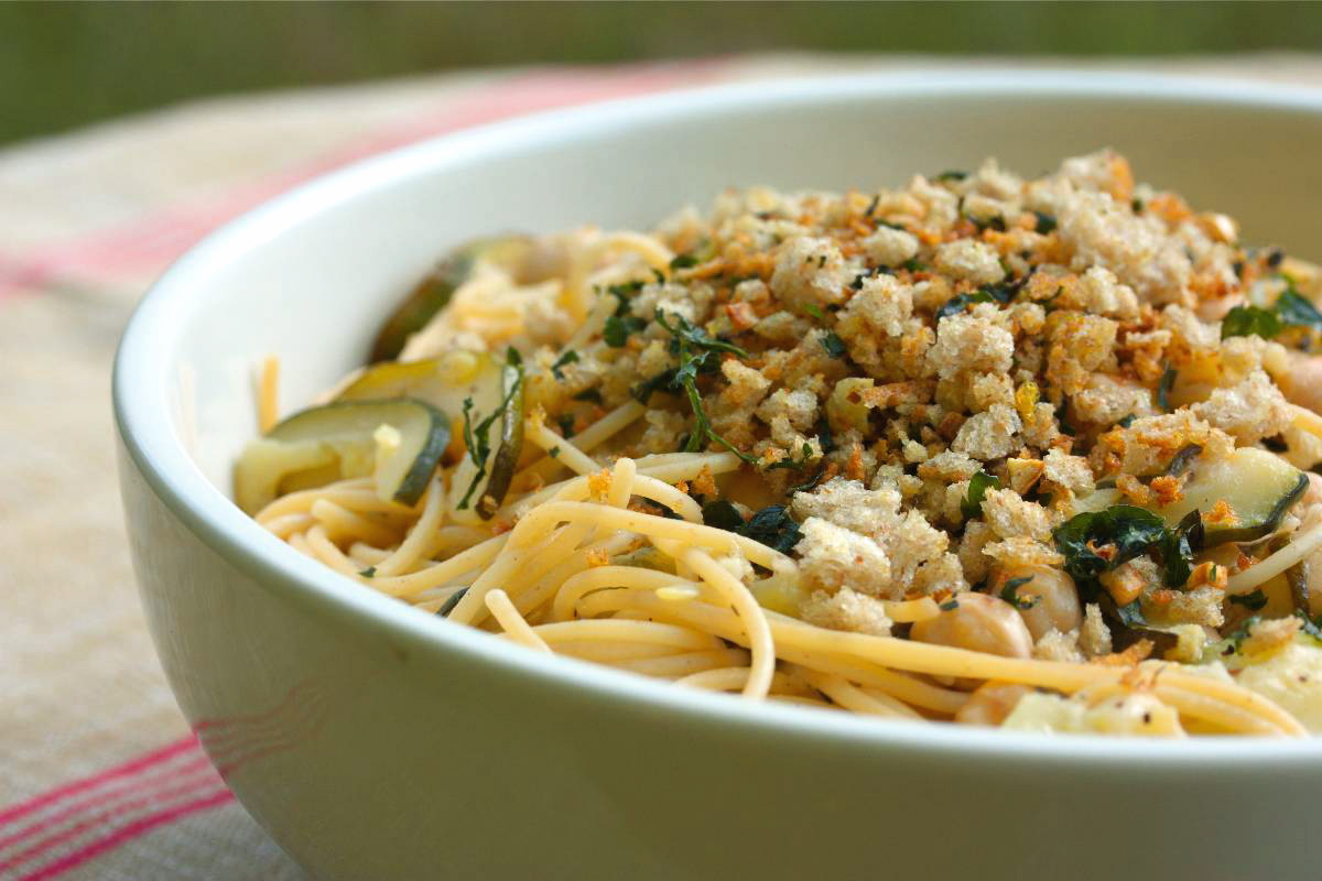 Vegan pasta with zucchini, chickpeas and breadcrumbs | What Would ...
